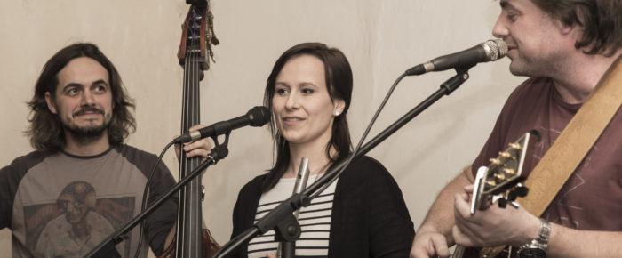 Článek od Janičky Maškové Zimolové o únorové Návštěvě u Stráníků – Víťa Troníček trio